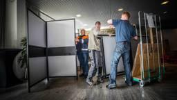 Een stemlokaal in Eindhoven wordt opgebouwd. (Foto: Rob Engelaar/Infocus Mediaproducties)