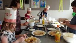 Kinderen bakken pannenkoeken. Fotocredits: Petra van Middendorp