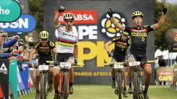 Michiel van der Heijden en zijn partner komen als tweede over de streep, achter twee ploeggenoten (foto: ANP).