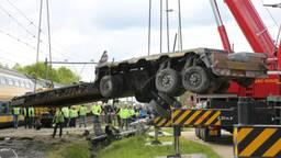 De vrachtwagen wordt weggetakeld (Foto: Christian Traets/SQ Vision)