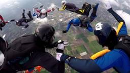 Parachutisten genieten van het paasweekend boven Breda Airport