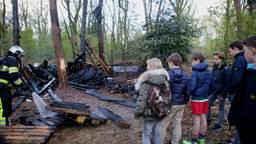 Alexander en zijn vrienden bij de afgebrande boomhut (Foto: Bart Meesters)