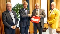 Minister Kamp krijgt het rapport. (foto: Wim Hollemans Fotografie)