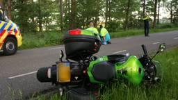 De motorrijder werd behandeld door ambulancepersoneel. (Foto: Berry van Gaal/SQ Vision)