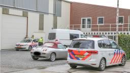 De politie deed onderzoek bij de loods. (Foto: Maickel Keijzers/Hendriks Multimedia)