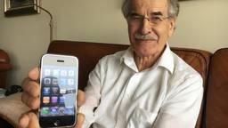 Henny van der Graaf met eerste iPhone