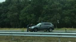 Agent met grof geschut op snelweg.