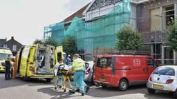 De man wordt meegenomen door het ambulancepersoneel. Foto: Jack Brekelmans / Persburo-BMS