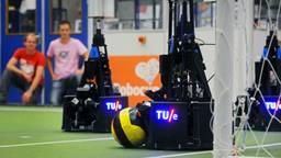 De robots van de Tu/e spelen voetbal. (Archieffoto)