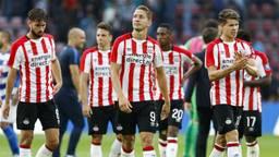 Teleurstelling bij de spelers van PSV na afloop van de 0-1 nederlaag tegen Osijek (foto: OrangePictures).