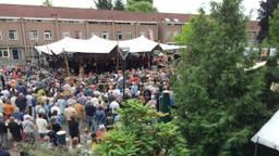 Een vol plein in het Vonderkwartier in Eindhoven bij de uitvoering van de Carmina Burana