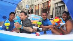 Evenementen gaan watergevechten organiseren vanwege de hitte. (foto: Karin Kamp)