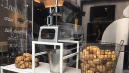 Haute friture in Breda, met de aardappelsnijder prominent in de etalage