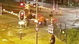 De spoorboom brak af door de botsing. (Foto: Railcam.nl)