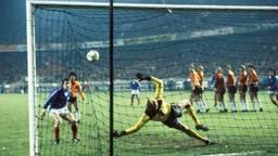 Platini heeft gescoord, Hans van Breukelen is kansloos (foto: archief)..