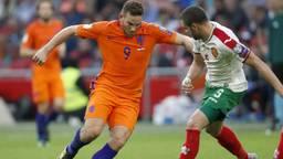 Vincent Janssen in duel met een Bulgaar (foto: VI Images).