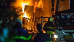 De vlammen sloegen uit de loods. (Foto: Christian Traets)