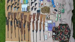 De in beslag genomen wapens. (Foto: Gemeente Asten)