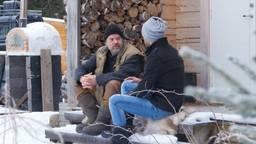 Geerd de Koning voor zijn zelfgebouwde huis in Zweden.