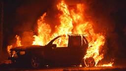 De vlammen verwoestten drie auto's. (Foto: Alexander Vingerhoeds/Oscura Foto)