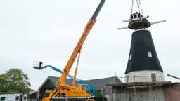 De molenkap wordt op de Keldonkse molen geplaatst. (foto: Jan van de Vossenberg)