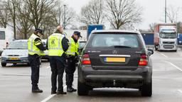 Agenten bij verkeerscontrole (Foto: politie)