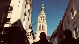 De jury kijkt naar vol bewondering naar de grote kerk