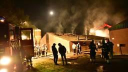 In een varkensstal aan de Halvemaanweg in Deurne woedde in november 2017 een grote brand. (Foto: Martien van Dam / SQ Vision)