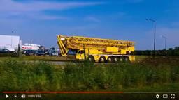 De hybride mobiele hijskraan (videobeeld: Spierings Mobile Cranes)