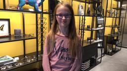 Layla Gerhards met haar prijswinnen bril (foto: Tonnie Vossen)