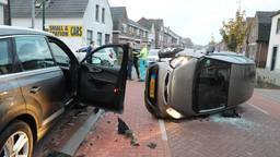 De auto eindigde met twee wielen in de lucht. (Foto: Erik Haverhals/FPMB)