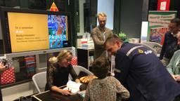 Maartje Paumen tijdens de handtekeningensessie na de boekpresentatie (foto: Hans Janssen).