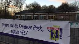 Het spandoek van de actiegroep bij het schoolplein van De Kromme Hoek (foto: Maarten van den Hoven)