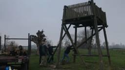 Vrienden en familie van Ruud en zijn overleden vader helpen mee met de sloop van de uitkijktoren.