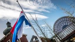 De vlag hangt halfstok bij het gemeentehuis van Heeze-Leende (foto: