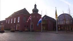 Vlag halfstok bij het gemeentehuis van Heeze.