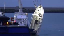 De boot van de drie vissers uit Heeze wordt naar de haven gesleept. (Beeld: Omroep Zeeland)
