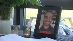 Kaarsjes en een foto naast het condoleanceregister voor Yassine Majiti.