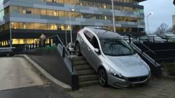 De auto op de trap (foto: Dumpert)