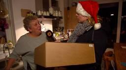 Marnita die haar pakket ontvangt