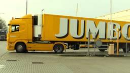 Vrachtwagens rijden af en aan bij het distributiecentrum in Veghel