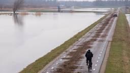Rotzooi blijft achter nadat Het waterpeil in de Biesbosch daalt. ( Foto:Jurgen Versteeg/ GinoPress B.V.)
