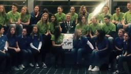 Burgemeester Jorritsma op de foto met de leerlingen