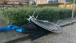 Een weggewaaide trampoline in Den Bosch. (Foto: Bart Meesters/Meesters Multi Media)