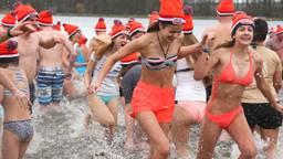 Op 1 januari 2019 gaan weer veel mensen het ijskoude water in. (Foto: Karin Kamp)
