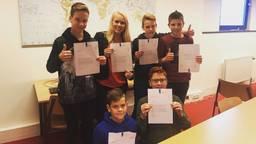 De vijf leerlingen met lerares. Foto: Munnikenheide College