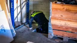 Een agent onderzoekt de ondergrondse hennepkwekerij (Foto: Sem van Rijssel/SQ Vision)