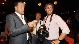 Fotograaf Edwin Smulders (R) en presentator Gordon (L) in Carre. (Foto: ANP)