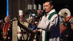 'Hallo allemaal', zingt pastoor René Wilmink. (Beeld: Rob Engelaar)