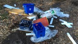De bierkratten en de zooi die werd achtergelaten (foto: Erik de Jonge).